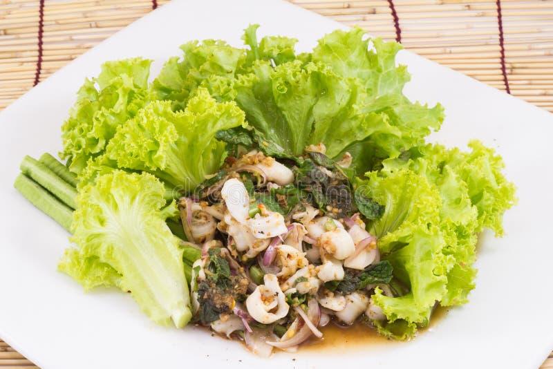Würziger gehackter Kalmarsalat der thailändischen Art lizenzfreies stockbild