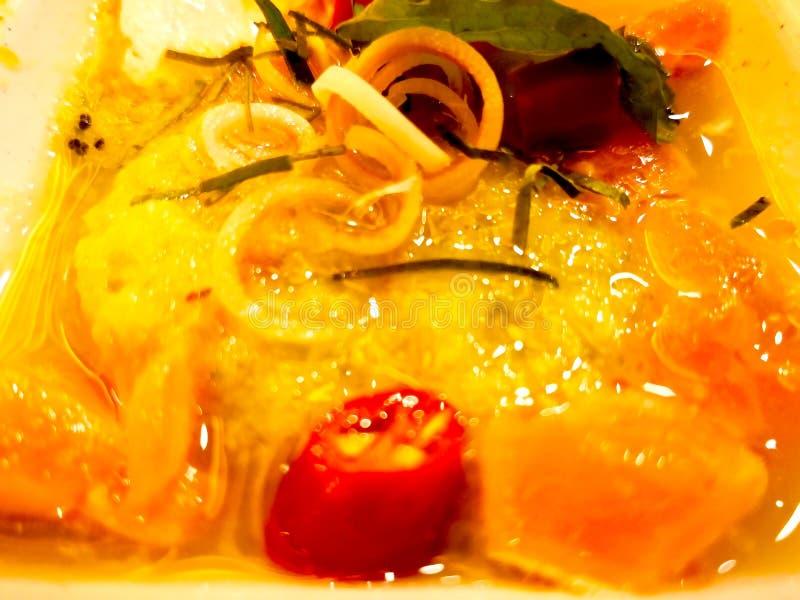 Würziger Lachssalat, die Bestandteile sind der geschnittene Lachs, Paprika, Le lizenzfreie stockfotografie