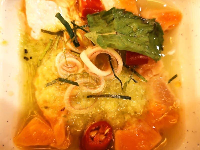 Würziger Lachssalat, die Bestandteile sind der geschnittene Lachs, Paprika, Le stockfoto
