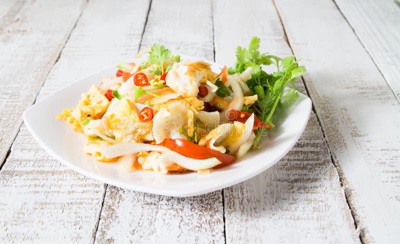 Würziger Salat mit Spiegeleiern lizenzfreies stockfoto