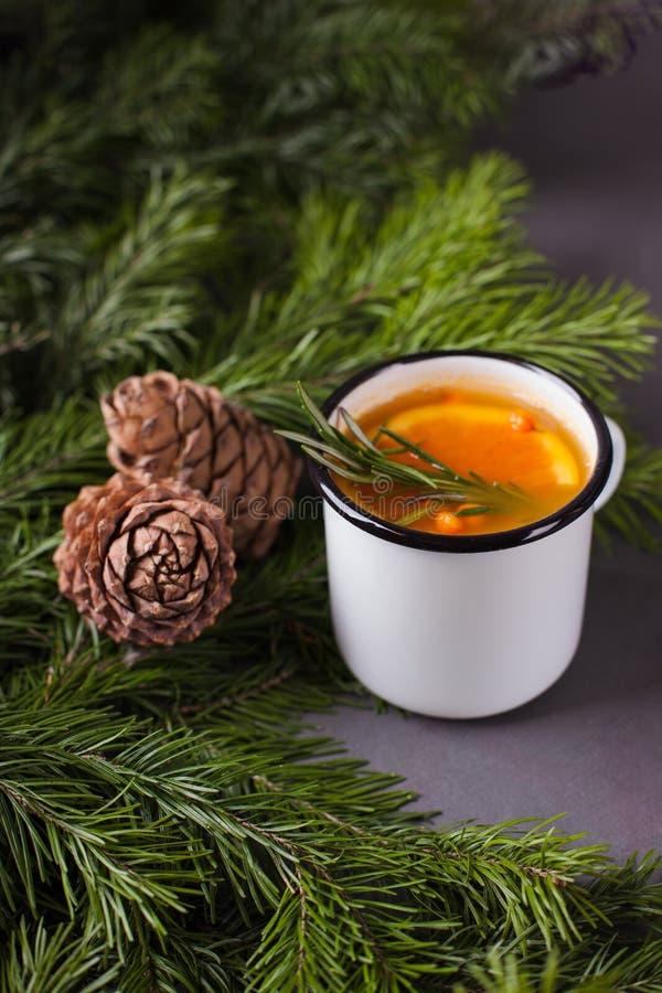 Würziger Tee der Zitrusfrucht, Niederlassungsniederlassungen und Zedernkegel auf einem dunklen Hintergrund - Winterhintergrund, E lizenzfreie stockbilder
