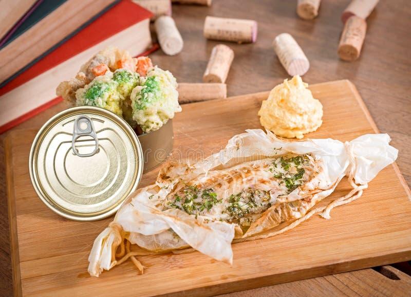 Würziger Wolfsbarsch mit gekochtem Gemüse und Kartoffelpürees lizenzfreie stockbilder