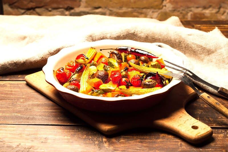 Würziges heißes Gemüse, gekocht auf einem Grill in der keramischen Schüssel auf hölzernem Hintergrund Draufsicht, Kopienraum, Nah stockfotografie