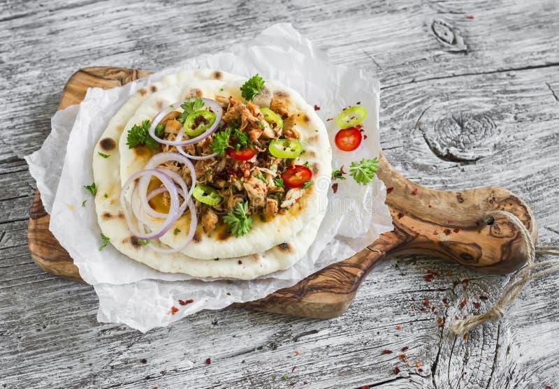 Würziges Huhn mit Gemüse auf einem selbst gemachten Flatbread ist ein köstlicher Snack stockbilder