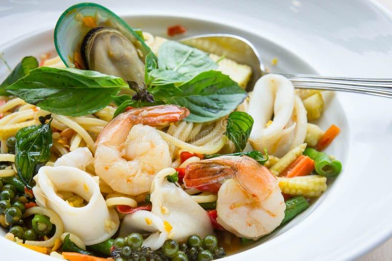Würziges köstliches thailändisches Lebensmittel Spaghetti-Meeresfrüchte Säufers auf weißem d stockbild