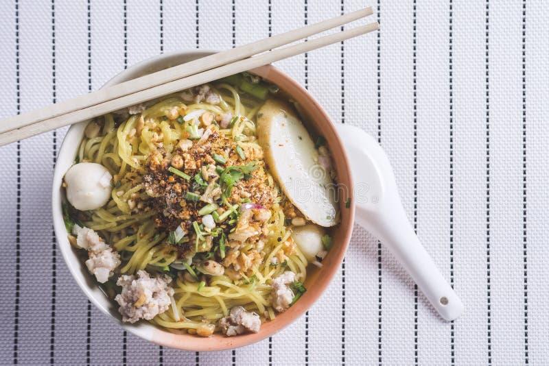 Würziges Lemongras gewürzte flache Nudeln mit Schweinefleisch stockfotos