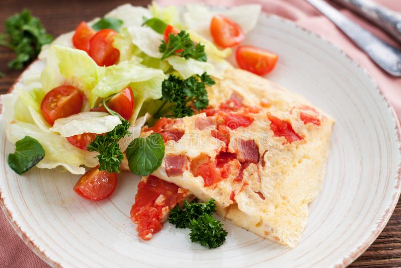 Würziges Omelett mit Schinken stockfoto