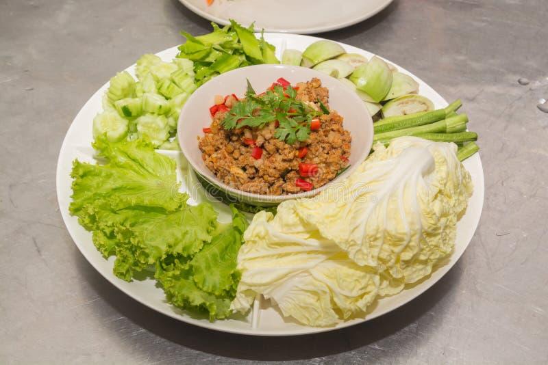 Würziges Schweinekotelett-Paprikabad mit Gemüse lizenzfreie stockfotografie