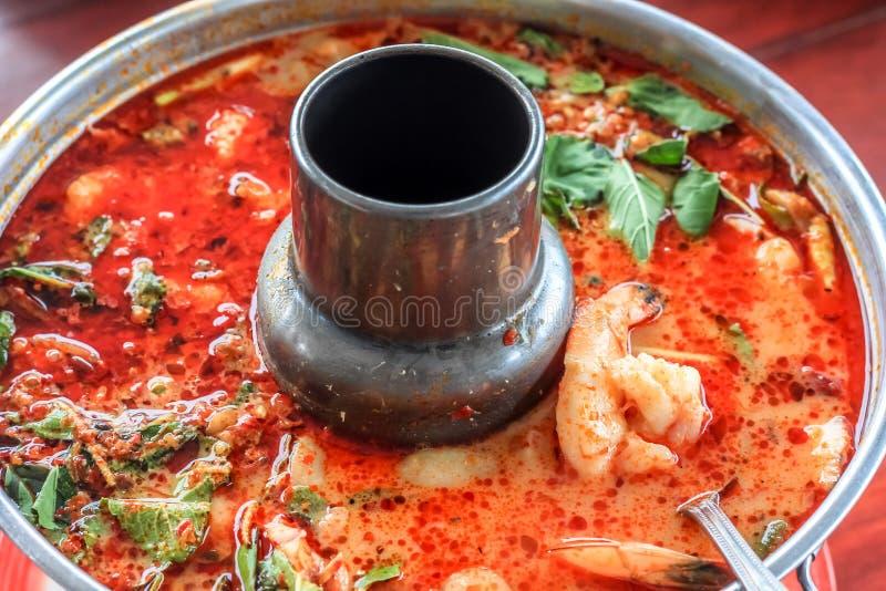 Würziges Tom-yum goong thailändische Art im heißen Topf, in der würzigen Suppe, in einem klassischen würzigen Lemongras und im Ga stockfoto