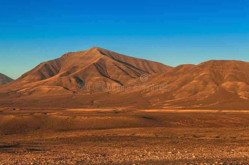 Wüsten-Berg, unfruchtbar mit klarem blauem Himmel stockfotos