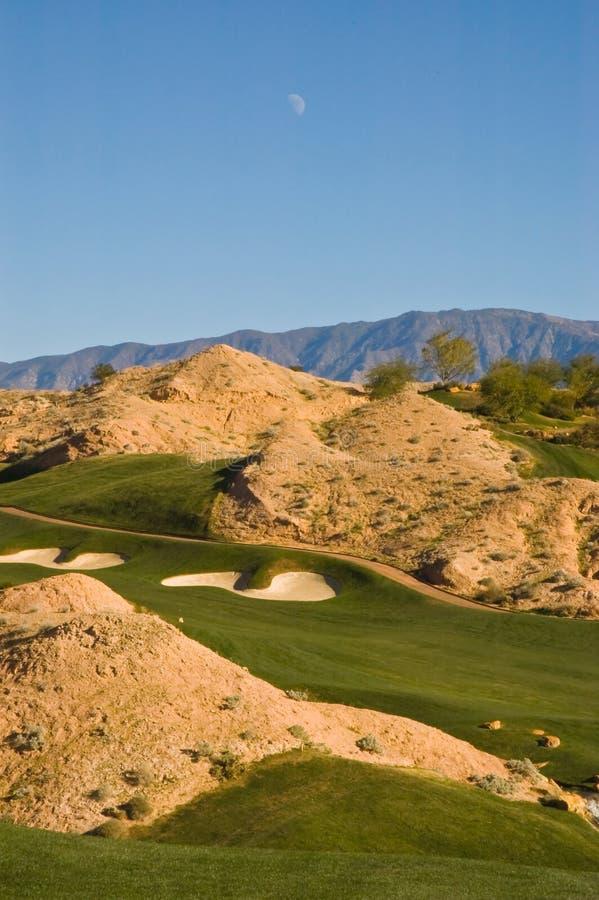 Wüsten-Golfplatz mit Tagesmond stockfoto