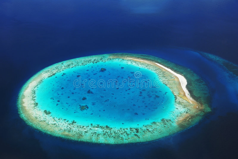 Wüsten-Insel im Ozean stockbild