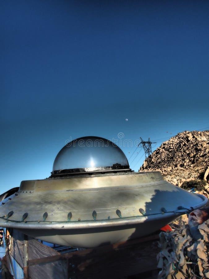 Wüsten-Raumschiff mit einem zunehmenden Mond stockfoto