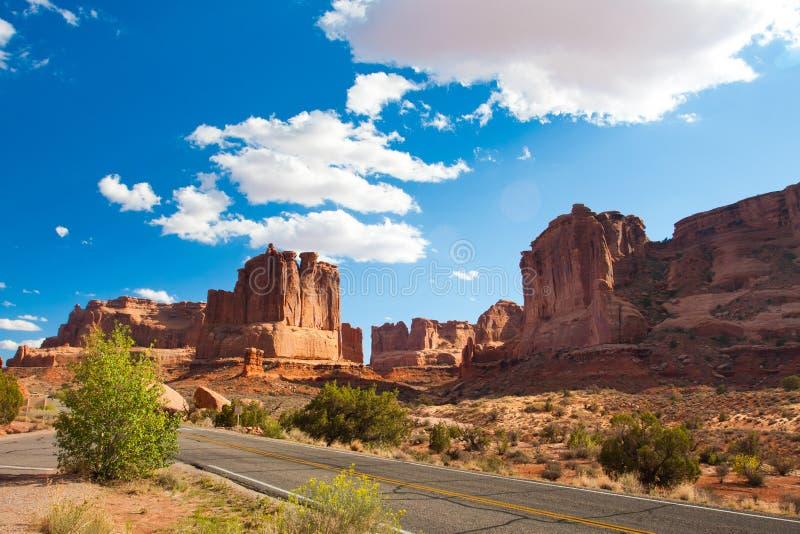 Wüsten-Straße in den Bögen Nationalpark, Utah lizenzfreie stockfotos
