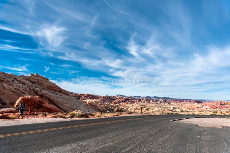 Wüsten-Straße durch das Tal des Feuers - Nevada State Park stockfotografie
