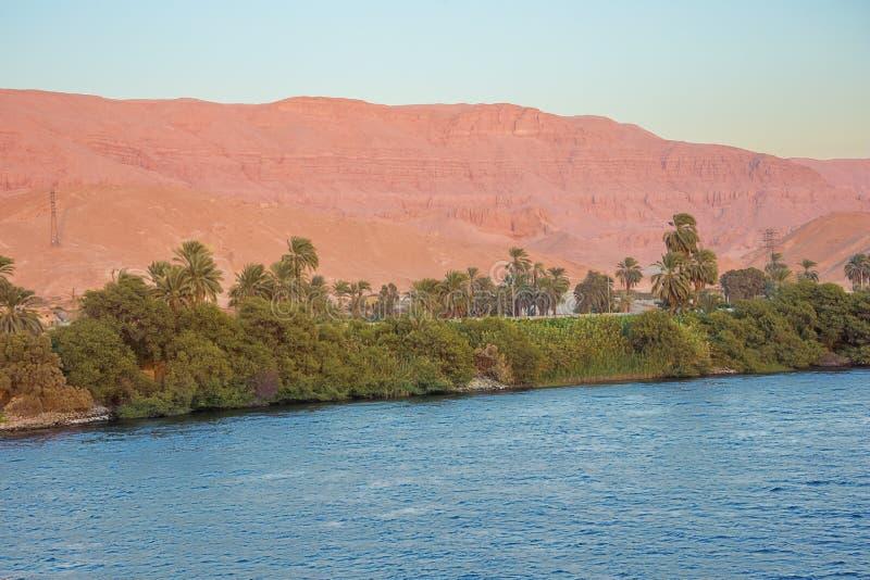 Wüstenberge, die Rot im letzten Sonnenlicht färben lizenzfreie stockfotos