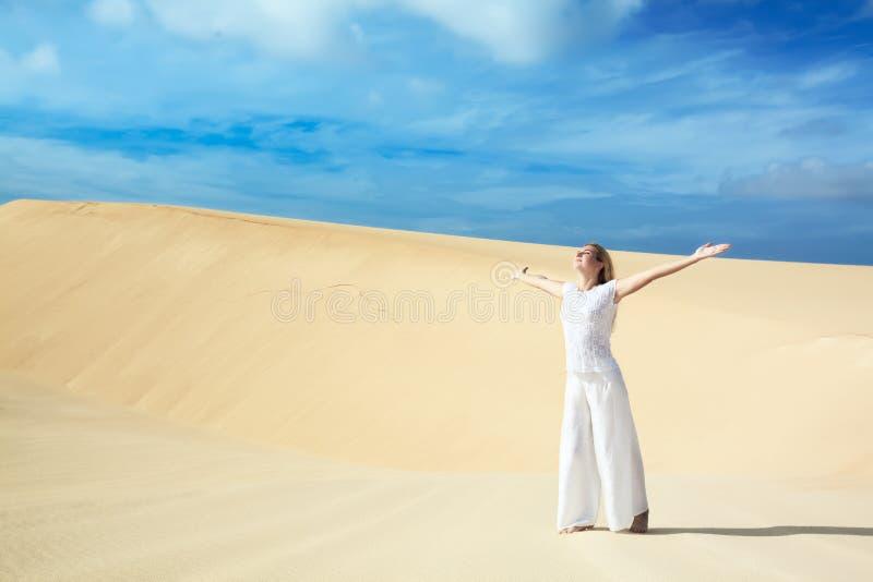 Wüstenfrau lizenzfreie stockfotografie