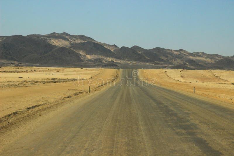 Wüstenlandschaften mit Bergen und der Straße im Süden von Namibia stockbilder