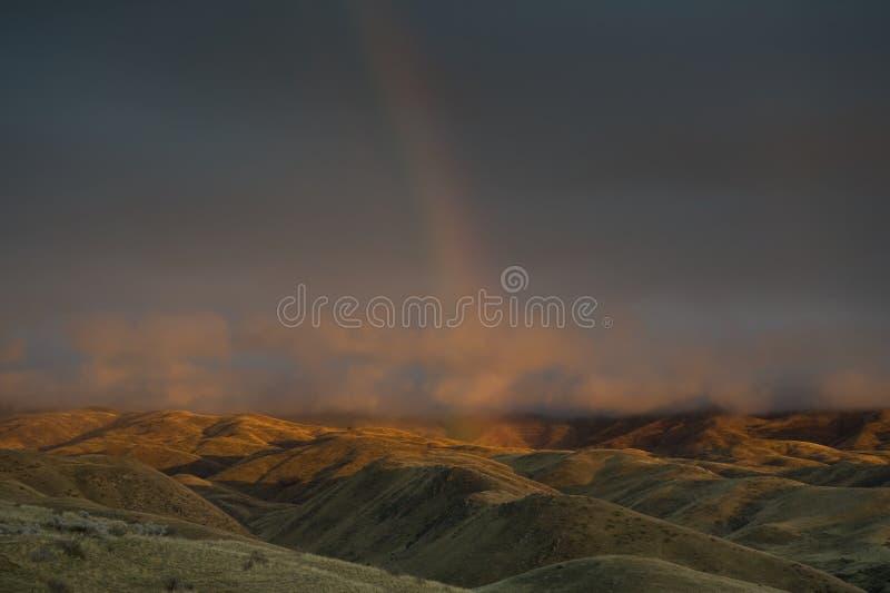 Wüstenregenbogen am Sonnenuntergang lizenzfreie stockfotos