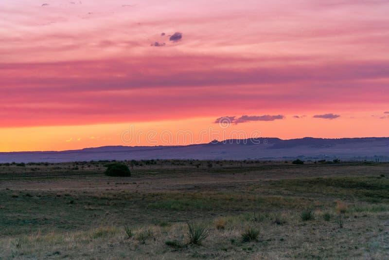 Wüstensonnenaufgang oder -sonnenuntergang stockfotografie