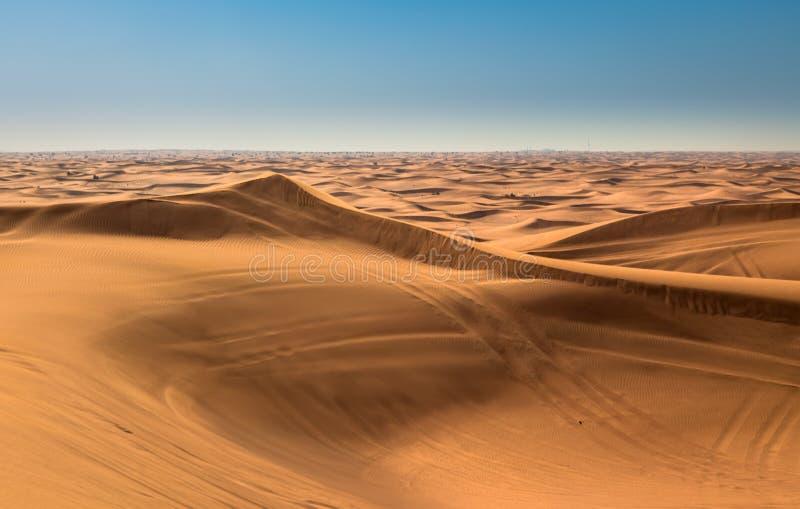 Wüstensonnenuntergangbelichtung nahe Dubai, Vereinigte Arabische Emirate lizenzfreie stockfotos