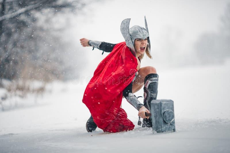 Wütende Frau im Bild des Germanisch-skandinavischen Gottes des Donners und des Sturms Cosplay stockfotos
