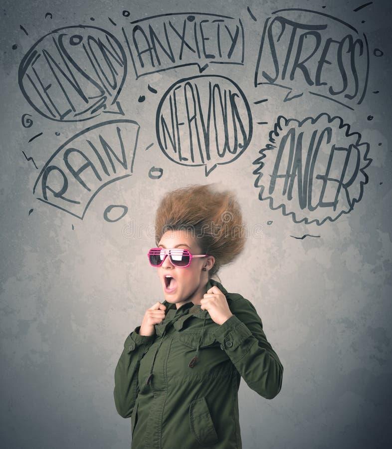 Wütende junge Frau mit extremem haisrtyle und Rede sprudelt stockbild