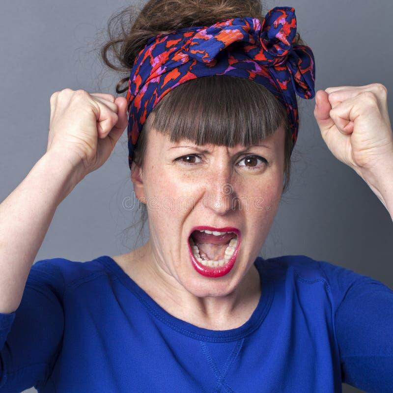 Wütende kindische Frau, die mit den Fäusten oben, erzürnend schreit lizenzfreie stockbilder