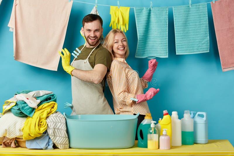 Wütende Paare, die lustige Zeit in der Waschküche verbringen lizenzfreies stockfoto
