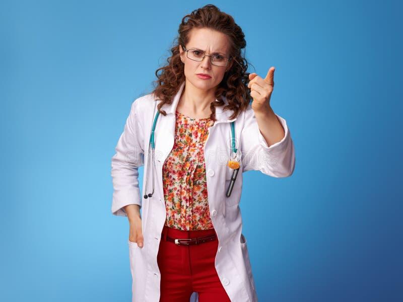 Traurige Paediatrist Frau, Die Dunkle Wolke Auf Blau Zeigt Stockbild - Bild von vorstand
