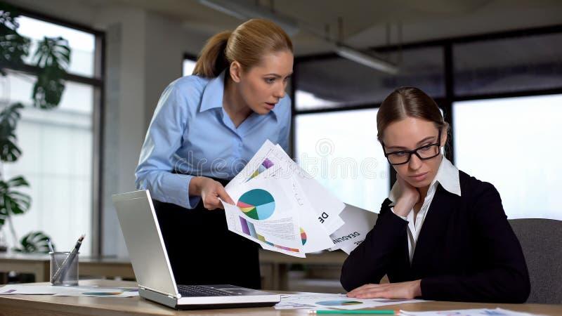 Wütender Chef, der inkompetente Frau für schlechte Ergebnisse im Finanzbericht schilt lizenzfreie stockbilder