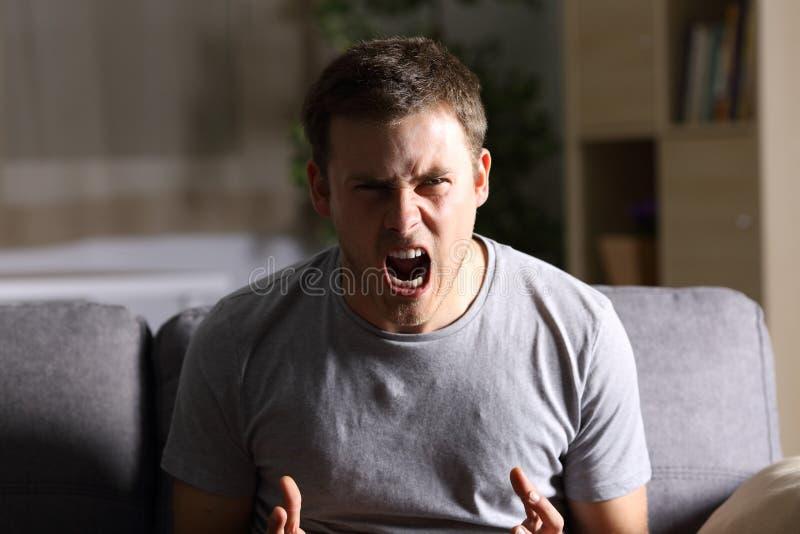 Wütender Mann, der an der Kamera schreit lizenzfreie stockfotos