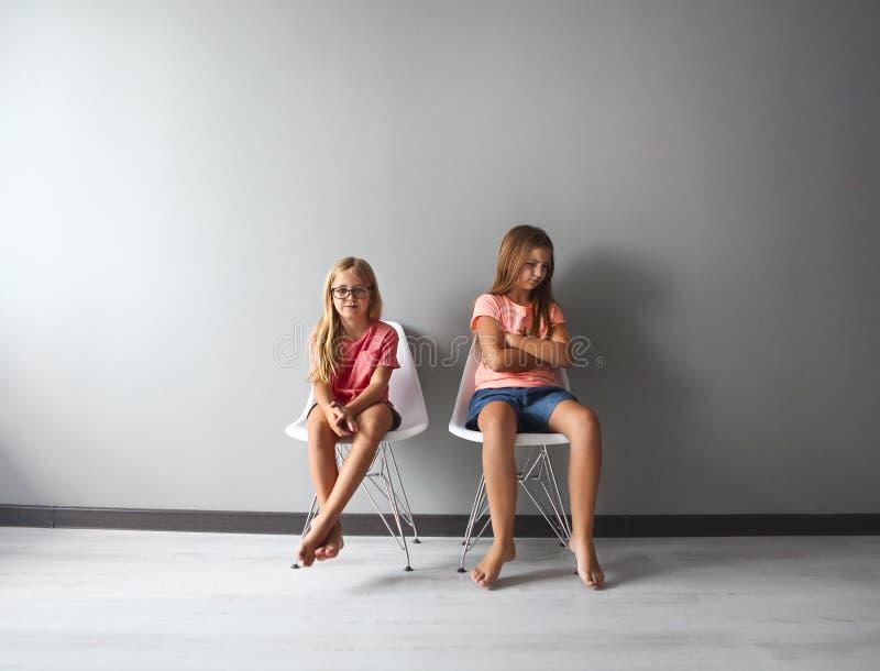 Wütendes jugendlich Mädchen in einer Diskussion mit ihrem kleinen stockbilder