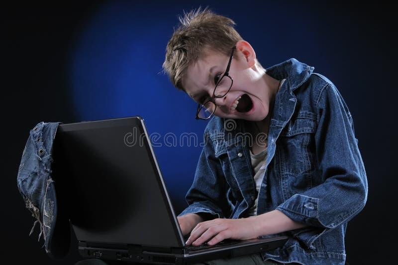 Wütendes junges Gamer stockfoto