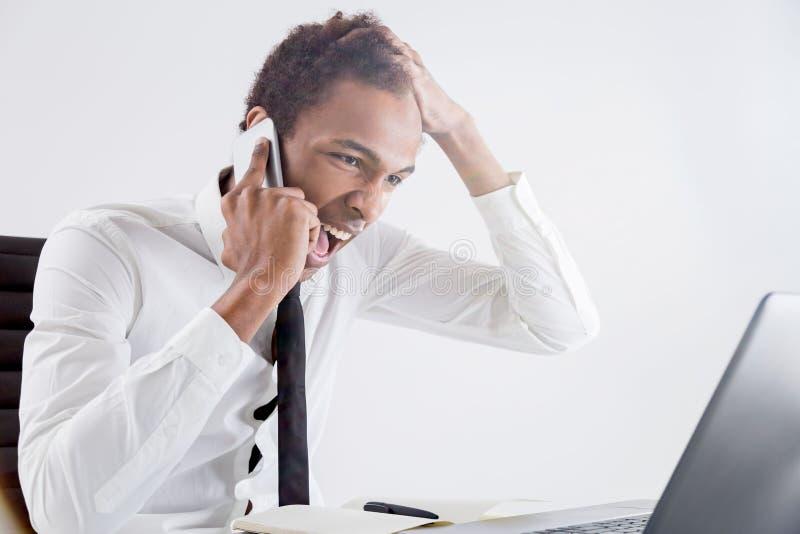 Wütendes männliches Schreien am Telefon stockbilder