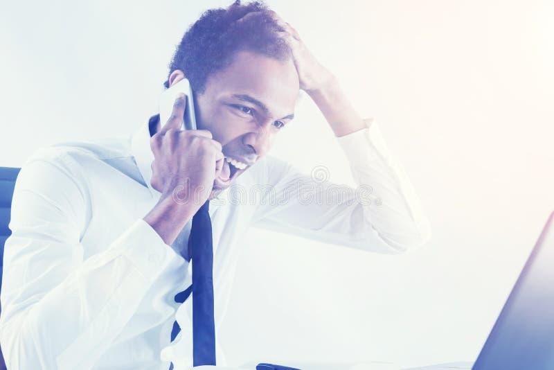 Wütendes männliches Schreien am Telefon lizenzfreie stockbilder