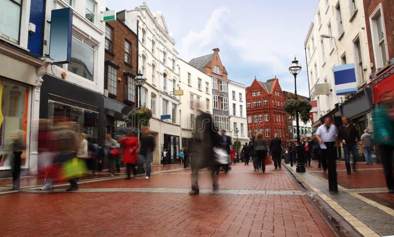 wąscy idzie ludzie szybko małej ulicy