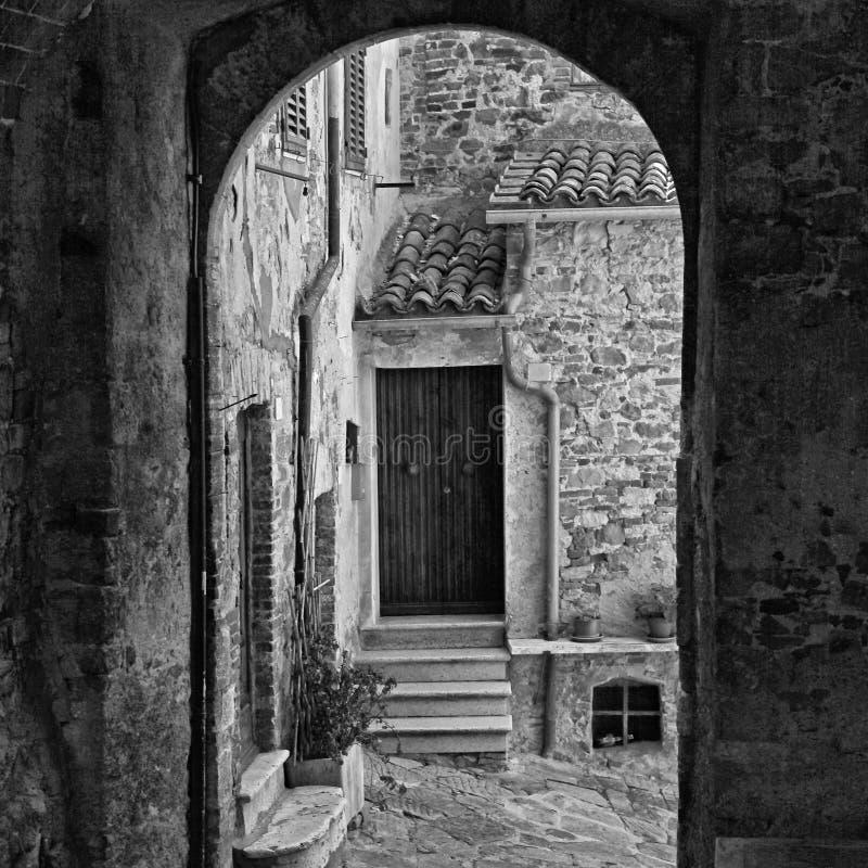 Wąska łękowata ulica średniowieczny włoski miasteczko zdjęcia stock