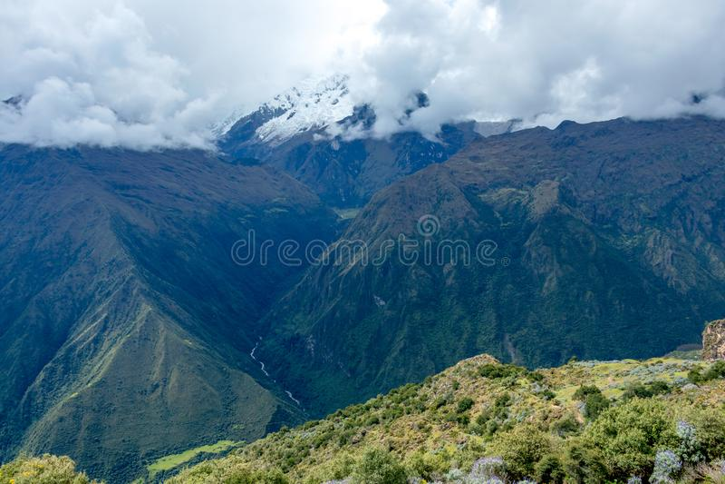 Wąska ścieżka na wycieczkuje śladzie przy dużych wysokości Peruwiańskimi górami między Maizal i Yanama, Peru zdjęcie royalty free