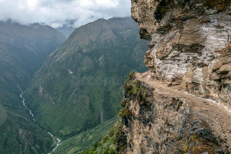 Wąska ścieżka na wycieczkuje śladzie przy dużych wysokości Peruwiańskimi górami między Maizal i Yanama, Peru zdjęcia royalty free