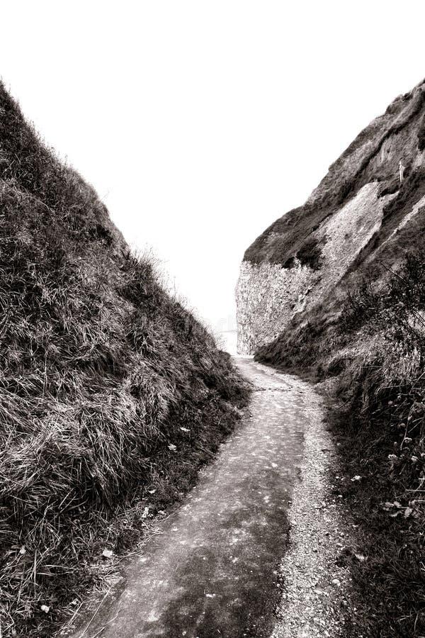 Wąska ścieżka przez Niskich falez w Normandy Francja obrazy stock