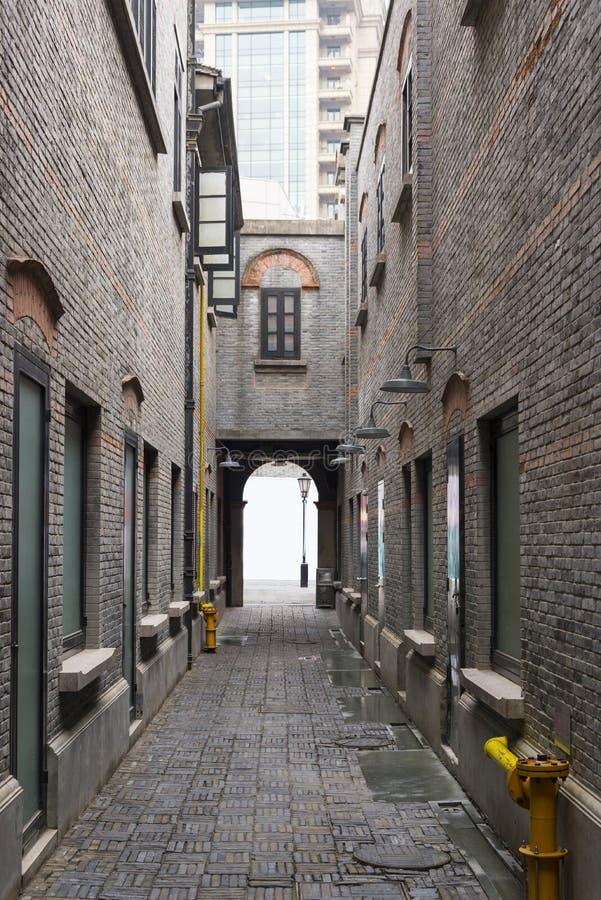Wąska aleja z antykwarskimi ściana z cegieł, Xintiandi i Szanghaj Sh, zdjęcia stock