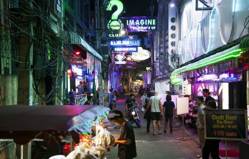 Wąska azjatykcia ulica przy nocą obrazy stock