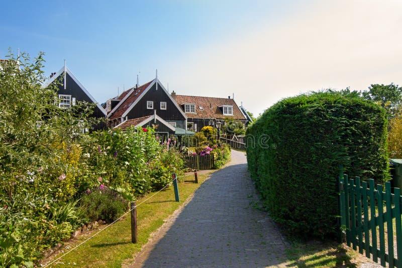 Wąska ulica Marken domy, holandie, Europa Zieleni niebieskie niebo na słonecznym dniu przy zmierzchem i ogródy zdjęcie royalty free