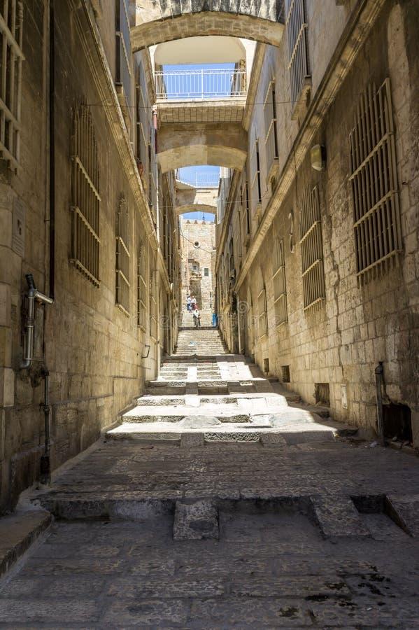 Wąska ulica muzułmanin ćwiartka w starym mieście Jerozolima zdjęcia royalty free