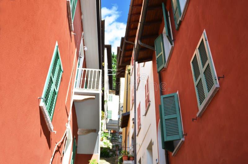 Wąska ulica Varenna przy jeziornym Como, Włochy zdjęcie royalty free