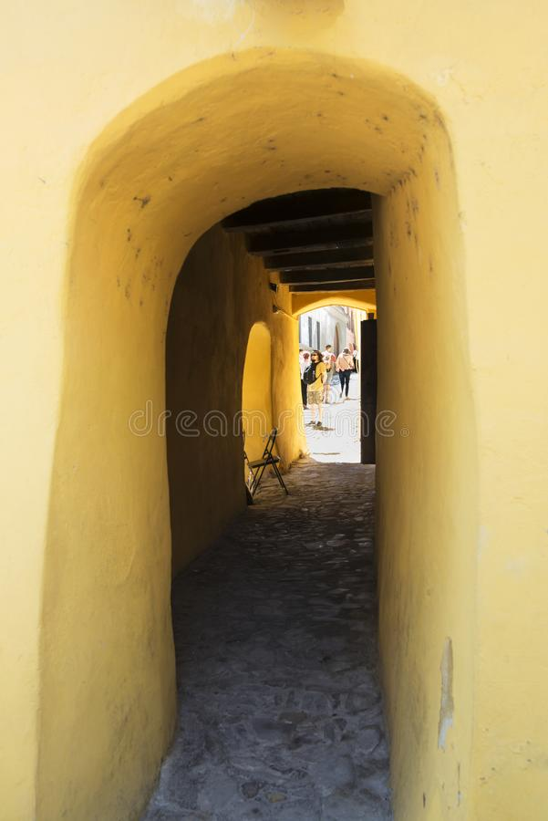 Wąska ulica W Średniowiecznym mieście Sighisoara, Rumunia fotografia stock