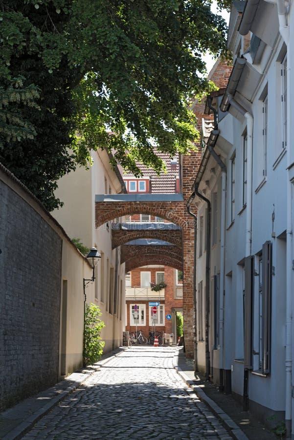 Wąska ulica w średniowiecznym starym miasteczku Lubeck, Niemcy obraz stock