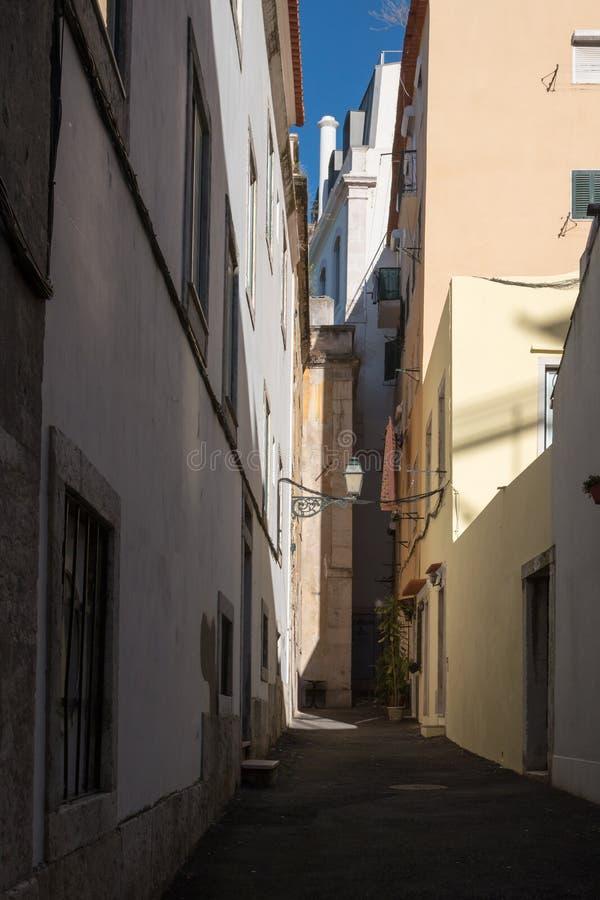 Wąska ulica w Lisbon, Portugalia zdjęcie royalty free