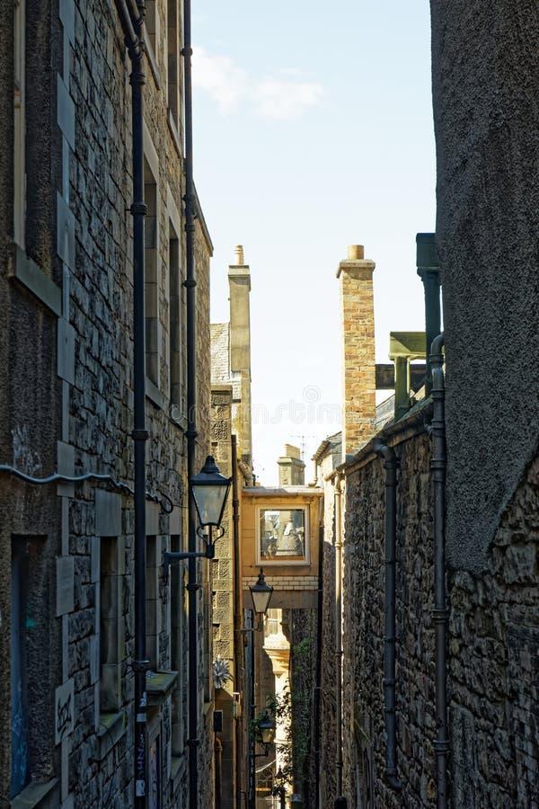 WÄ…ska ulica w pobliżu High Street Royal Mile - Edynburg, Szkocja zdjęcia stock